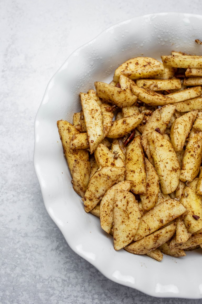 apple slices with cinnamon in pie dish